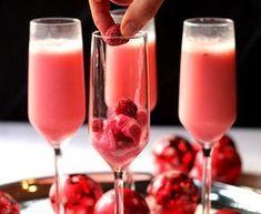 Ingrédients : > 1 sac de framboises surgelées > 1 cuillère à soupe de sucre > 1 bouteille de vin mousseux ou champagne > De la crème de framboise Préparation : 1- Décongelez les framboises dans une petite casserole à feu doux. 2- Une fois qu'elles sont décongelées, ajoutez le sucre et mélangez le tout. 3- Vos framboises doivent être réduite en purée (c'est donc... Lire l'article