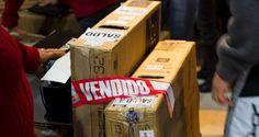 Moradores de São José dos Campos se aglomeraram na entrada de uma loja de departamentos para uma meg...