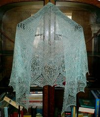A gorgeous, ethereal shawl by Sue Berg. Available for free in both German and English.