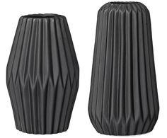 Doppelt hält besser: Das 2-tlg. Vasen-Set FLUTED von Bloomingville ist nicht nur das perfekte Accessoire für bunte Blumenbouquets, sondern vor allem ein Deko-Element mit Stil. Das ruhige Schwarz harmoniert optimal mit der schönen Oberflächengestaltung, die geometrische Rillen aufweist. Ein unverzichtbarer Look aus Porzellan, für Fans des modernen Skandi-Styles!