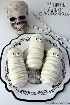 Halloween Twinkie Mummies Recipe. A simple but totally adorable Halloween treat. Perfect for Halloween parties too!
