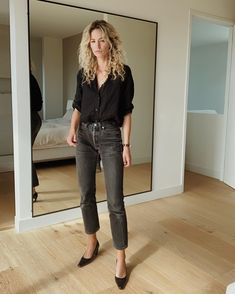 Купить на распродаже: тренды, которые будут актуальны летом 2021 – Woman Delice #тренды2021 #лето2021 #распродажи #летниеплатья2021 #гардероб #летнийгардероб #женскиеплатья Work Casual, Casual Chic, Casual Looks, Short Noir, Chic Outfits, Fashion Outfits, Black Button Down Shirt, Wearing All Black, Effortless Chic