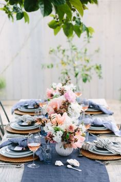 10 gorgeous tablescapes to inspire your next dinner party! 10 gorgeous tablescapes to inspire your next dinner party! 10 gorgeous tablescapes to inspire your next dinner party! Beautiful Table Settings, Wedding Table Settings, Outdoor Table Settings, Place Settings, Wedding Colors, Wedding Flowers, Wedding Blue, Trendy Wedding, Wedding Reception