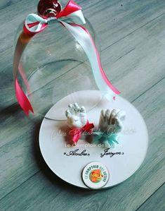 Les mains des bébés ou des très jeunes enfant peuvent être présentées dans une boule en verre, dans une lanterne ou avec une petite cloche. Pour le reste de la famille, les empreintes peuvent être présentées sous une cloche (plusieurs tailles sont disponibles) avec un support en bois ou en plâtre, et toujours une décoration entièrement personnalisée. Artisanal, Christmas Bulbs, Table Decorations, Support, Holiday Decor, Home Decor, Kids Hands, Young Children, Christmas Light Bulbs