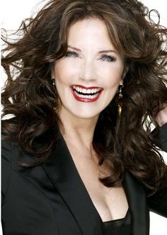 Lynda Carter is coming back to television, and she's going to be playing a whole other kind of wonder woman. In season two of Supergirl, Lynda Carter will have a recurring role as… Linda Carter, Linda Evans, Diana, Supergirl Season, Prince, Wonder Woman, Foto Pose, Wedding Humor, Vintage Beauty