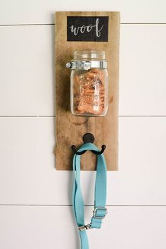How to make a dog treat and leash holder with pallet wood, a hose clamp, a hook, and a mason jar. This simple DIY project will take less than an hour, but it's the perfect gift idea for a dog owner or a pet lover. Anyone who owns a pet like a dog or a cat Diy Dog Gifts, Diy Dog Treats, Gifts For Dog Owners, Wood Pallets, Pallet Wood, Dog Leash Holder, Dog Treat Jar, Wie Macht Man, Dog Rooms