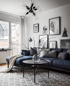 Nytt samarbete med @domo_design, fint soffbord i denna tvåa på Roslagsgatan 60 - snart till salu.  Styling @scandinavianhomes  Foto @kronfoto  Mäklare Alexander Nilsson @svenskfastvasastan