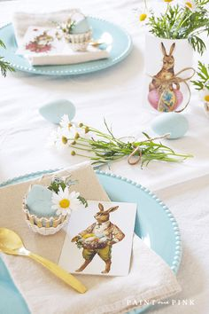 Free Vintage Easter Printables FREE Easter Printables – Home decorating doesn't have to be complicated. Enjoy this simple Easter Vignette using vintage easter printables. Easter Table, Easter Party, Easter Gift, Easter Decor, Hoppy Easter, Easter Dishes, Easter Brunch, Happy Easter Banner, Easter Treats
