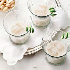 Cocktails de Noël: boissons avec ou sans alcool   Metro Rum Cream, Whipped Cream, Vanilla Rum, Food Categories, Cocktails, Drinks, Panna Cotta, Pudding, Ethnic Recipes