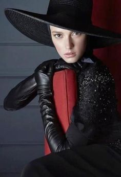 Black Leather Hat and Leather Gloves Black Leather Gloves, Leather Hats, Leather Fashion, Fashion Edgy, Elegant Gloves, Gloves Fashion, Fashion Magazine Cover, Long Gloves, Older Women Fashion