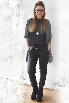 die EDELFABRIK | Blog für Mode und Beauty | Ü40 Blog | Kassel | Frankfurt | Hannover | : Schwarze Leder-Jogpants mit Cardigan - Outfit