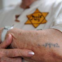 Sarah Montard, 84 ans, l'une des survivantes de la rafle du Vel d'Hiv, montre son tatouage d'identification au camp de Birkenau, le 5 juillet à Tremblay-sur-Mauldre, en région parisienne (MM)