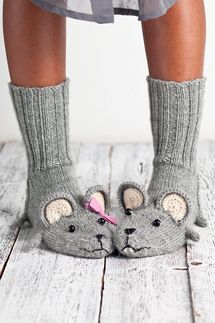 Fare scarpe per neonati coolbang. Knitted Slippers, Crochet Slippers, Knit Crochet, Knitting Projects, Knitting Patterns, Crochet Patterns, Knitting Ideas, Knitting Socks, Baby Knitting