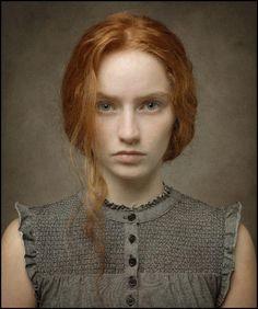 Artista: Louis Treserras ( . Francés , b , 1958) { realismo figurativo mujer hermosa cabeza femenina cara retrato contemporáneo