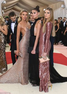 Stella Maxwell, Taylor Hill & Maryna Linchuk in Topshop - Met Gala 2016 Más Stella Maxwell, Gala Dresses, Evening Dresses, Look Fashion, Fashion Show, Soirée Halloween, Robes Glamour, Backless Gown, Taylor Hill