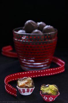 giroVegando in cucina: Cioccolatini con pistacchi e noci di macadamia  Vegan chocolate candies with pistachios and macadamia nuts