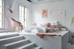 Door het bed te verhogen creëer je vierkante meters onder je 'slaapkamer'.