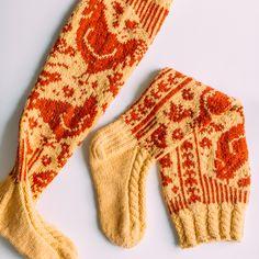 Kanaset-sukat - Kaupunkilanka Crochet Socks, Knit Or Crochet, Knitting Socks, Hand Knitting, Knitting Patterns, Knitting Ideas, Kilt Socks, Cool Socks, Socks