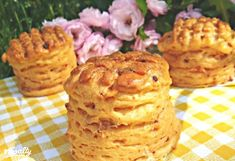 Hajtogatott kolbászos pogácsa Anditól   Nosalty Hungarian Recipes, Hungarian Food, Garlic Bread, Starters, Scones, Entrees, Muffin, Food And Drink, Appetizers