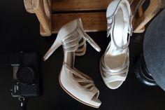 The Day Shoe . Modelo exclusivo desenvolvido pra noivinha Yasmin Zuolo, uma mistura de Off White com Champgne e detalhes vazados. Sapato de noiva do jeitinho que você sonha... #sapataodenoiva #sapatosobmedida #feitoamao #sapatoexclusivo #thedayshoe #sapato #saltoalto #shoe #shoes #wedding