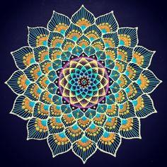 peacock mandala #mandalas #砂絵曼荼羅 #砂絵アーティスト #sand mandala #peacock #dots #dot#点描画 #点描画 #点描曼荼羅