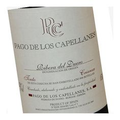 El vino Pago de los Capellanes Crianza, elaborado por las bodegas del mismo nombre, 100% Tempranillo, envejecido durante 12 meses en barricas de roble francés.