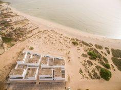 JOSÉ ADRIÃO ARQUITECTOS. Vista aérea sobre a construção do projetoPraia do Estoril, na Ilha da Boa Vista, Cabo Verde.