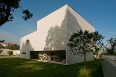 Topos Atelier de Arquitectura, Lda   House in Aldoar on http://www.arthitectural.com