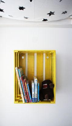Olha que charme e criativo. Um caixote de madeira que foi pintado de amarelo super destaque nesse ano. #Tendência 2014