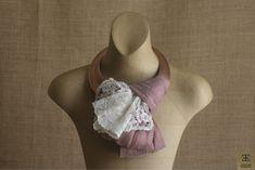 Piezas que lo son todo y con las que no necesitas nada... Encaje antiguo y sinamay de seda para un diseño único. www.isabelle.es