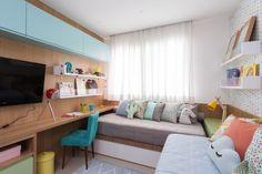 Já com jeito de mocinha, o quarto de Maria conta com papel de parede geométrico e dois lugares para as amigas dormirem. Assinado por ISABELA IUNG SIMIS.
