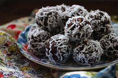 petite kitchen x chocolate and coconut truffles Superfood Recipes, Raw Food Recipes, Sweet Recipes, Chocolate Puro, Petite Kitchen, Coconut Truffles, Low Carb Sweets, Healthy Treats, Healthy Food