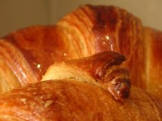 Home-made brioche croissants made with my Thermomix always cheer up my family's breakfast :-) They are so simple, you really make them in a flash… Thermomix Bread, Thermomix Desserts, Wrap Recipes, Sweet Recipes, Un Diner Presque Parfait, Cheddarwurst Recipe, Mulberry Recipes, Spagetti Recipe, Gastronomia