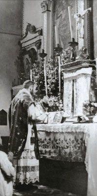 Nel maggio 1917, il giorno dopo la 1ª Apparizione di Fátima, Padre Pio si reca in viaggio a Roma. Una rilettura di quel breve soggiorno romano, strettamente legato alle Apparizioni mariane in terra portoghese.