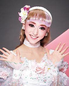月組 早乙女 わかばのプロフィール、出演予定、バイオグラフィーをご紹介しています。 Living Dolls, Elsa, Flower Girl Dresses, Disney Princess, Wedding Dresses, Japanese Landscape, Monsters, Christ, Rocks