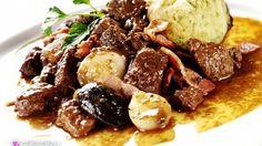 Mezi klasická jídla české kuchyně patří pečený vepřový bůček.