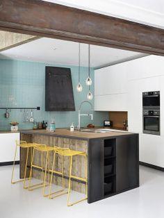 Cozinha com Detalhes em Ferro e Banquetas Amarelas.