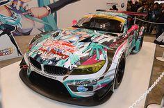 「BMW Motorsport Z4 GT3」。展示されていたのは2012年の4号車(当時)に2013年のカラーリングを施したモデル。参戦車輌とのエクステリアの違いはリアウイングとミラーの形状