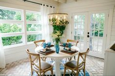 What's more welcoming than a bright breakfast nook bathing in natural light? Love the soft, natural look of this room. Magnolia Market The Beanstalk Bungalow, 20 Best Fixer Upper Rooms Magnolia Market, Magnolia Homes, Magnolia Farms, Fixer Upper Episodes, Magnolia Fixer Upper, Passion Deco, Brick Flooring, Brick Pavers, Chip And Joanna Gaines