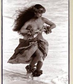 Dancing freely by the sea Hawaiian Woman, Hawaiian Art, Tahiti, Projection Installation, Paradise Girl, Polynesian Dance, Hawaii Hula, Hawaiian Dancers, Hula Dancers