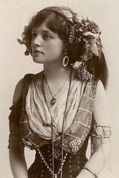 "Vintage Picture of Bohemian Gypsy. Lovely old picture so looks so serene in all her finery. I'm having a hard time trying to decide if she should go into Gypsy-me or ""Exotic beauty"" Vintage Gypsy, Vintage Beauty, Vintage Style, Vintage Circus, Bohemian Gypsy, Gypsy Style, Gypsy Punk, Hippie Style, Bohemian Style"