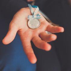 Zoon van bruid en bruidegom krijgt een medaillon, met tekst