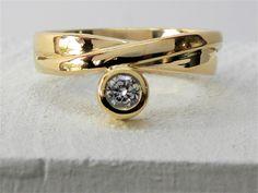 Herinneringsjuweel: oude trouwring verwerkt tot moderne ring met onder de briljant assen van haar overleden man. www.fannyvandenheuvel.be