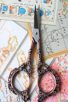 Paire de ciseaux de Couture/ Broderie -Dentelle Bronze rouge -Accessoires Pointus -Fourniture -Vintage de la boutique ChevalierMimi sur Etsy