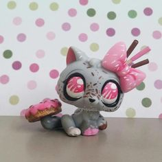 New custom!💕 This is a simple little candy kitty! 🍩🍬🍭 She isn't fully repainted, (only her basecolour wasn't painted) I had a double of… Little Pet Shop, Little Pets, Ooak Dolls, Art Dolls, Custom Lps, Lps Accessories, Lps Cats, Lps Littlest Pet Shop, Pets For Sale