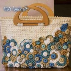 It is a website for handmade creations,with free patterns for croshet and knitting , in many techniques & designs. Crochet Tote, Crochet Handbags, Crochet Purses, Freeform Crochet, Irish Crochet, Diy Tote Bag, Bead Embroidery Jewelry, Hand Embroidery, Handmade Purses