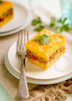 El suave dulzor, jugosa carne y abundante queso derretido del Pastelón de Plátanos Maduros Dominicano lo hace un plato muy popular entre dominicanos.