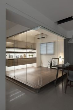 Referência de fechamento de ambiente com vidros e elevação de piso para o home office.