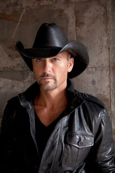 Tim McGraw - Think this look is hot? You have to see him strut around on the stage in very tight, WHITE jeans. Oh my! Male Country Singers, Country Music Artists, Country Music Stars, Country Musicians, Tim Mcgraw Family, Tim And Faith, Tim Mcgraw Faith Hill, Hot Country Boys, Actrices Sexy