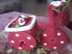 Iris Gallo Freire added a new photo. Gingerbread Cookies, Iris, Baby Shoes, Type 1, Facebook, Patterns, Recycling, Messages, Handmade Crafts